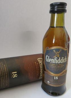 Whisky Miniatur in der Hochkehle fotografiert.