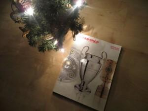 FC Bayern Katalog unterm Weihnachtsbaum