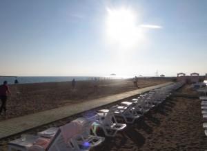 Botscha spielen am Strand des Hotels Delphin Imperial im Winter