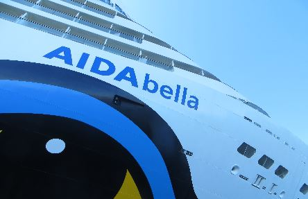 Aida Bella in Warnemünde vom Motorboot aus.