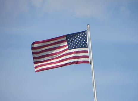 Die amerikanische Fahne auf dem Dach der Botschaft der USA in Berin