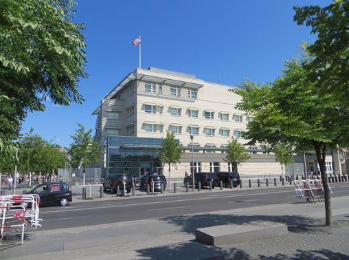 Das Gebäude der Botschaft der USA gegenüber von Denkmal der ermordeten Juden in Europa