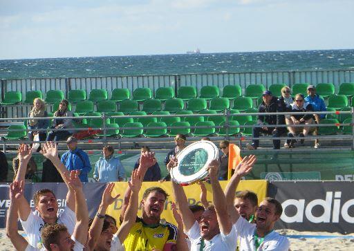 Die Schale in die Luft für den deutschen Meister 2014 im Beach Soccer