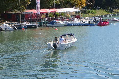 Warnemünde Bootsverleih unterhalb der Strombrücke