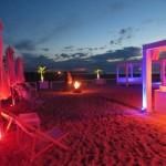 Schusters Strandbar und Cocktails trinken Nachts im August