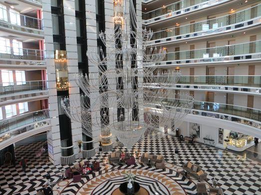 die große Lobby mit dem den gläsernen Aufzügen und dem riesigen Kronleuchter