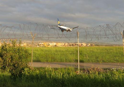 Und hier der Zaun mit der Landung der Ryanair Maschine in Ciampino
