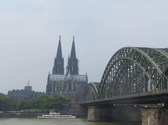 Der Kölner Dom mit der Eisenbahnbrücke