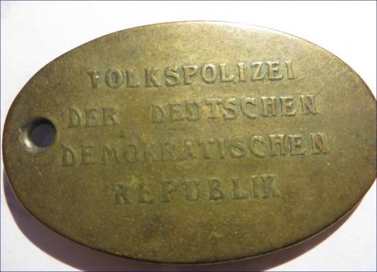 DDR Polizei Dienstmarke Rückseite.