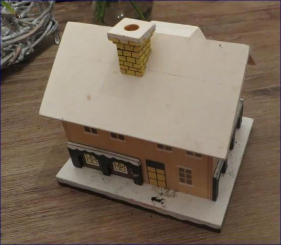 Ein Räucherhaus. Hier stellt man eine Räucherkerze hinein und der Qualm kommt aus dem Schornstein