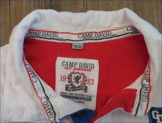Das Camp David Markenzeichen und die Größenangabe im Kragen