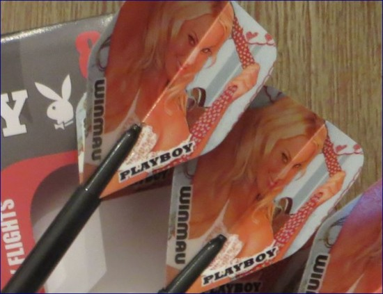 Playboy Darts Flights mit Playgirl Blondine
