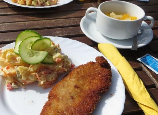 Schnitzel mit Kartoffelsalat und Dessert für 4,10 €in Kiosk am  Rathaus in Thalheim