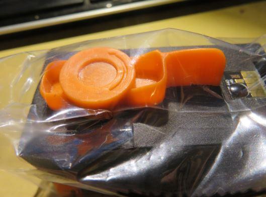 Nach dem Entfernen des orangen Druckkopfclips ergoss sich die schwarze Druckertinte über meine Finger
