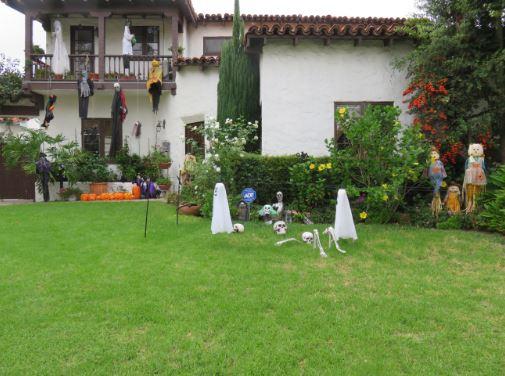Vorgraten in Beverly Hills mit Halloween Gespenstern geschmückt