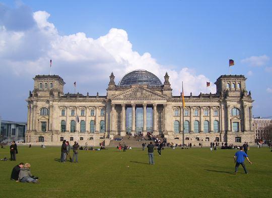 Das Reichstagsgebäude am Platz der Republik
